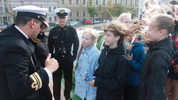 Tripulantes del buque Gloria atienden a un grupo de niños - Sputnik Mundo