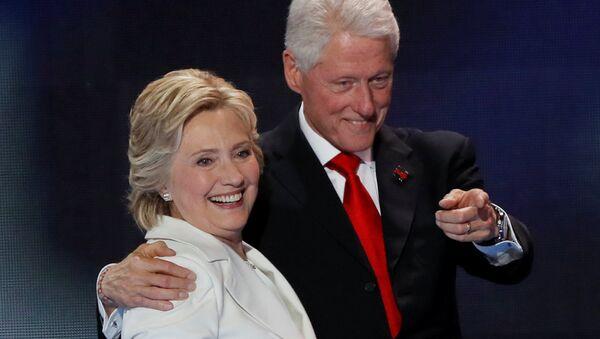El expresidente estadounidense Bill Clinton (1993-2001) y la excandidata presidencial demócrata Hillary Clinton - Sputnik Mundo