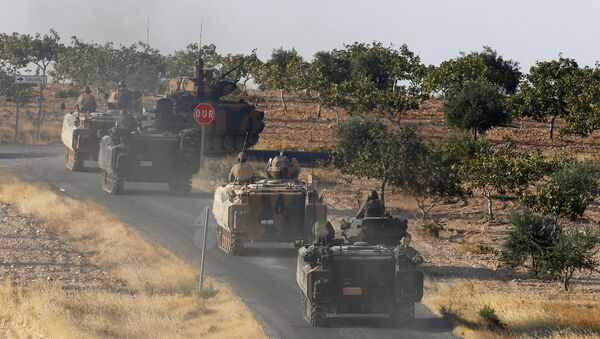 Turkish armoured personnel carriers drive towards the border in Karkamis on the Turkish-Syrian border in the southeastern Gaziantep province, Turkey, August 27, 2016 - Sputnik Mundo
