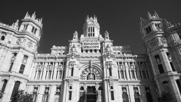 Cartel Refugiados bienvenidos en el Ayuntamiento de madrid - Sputnik Mundo