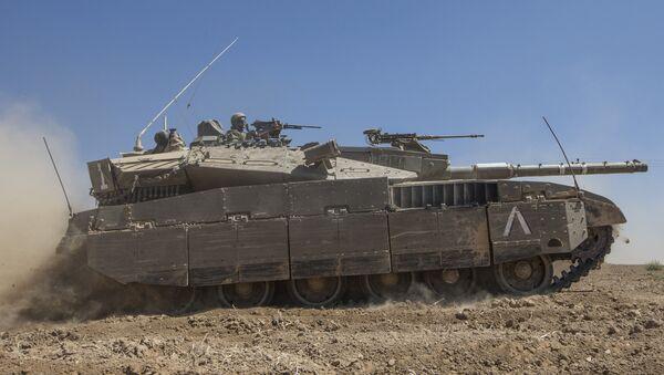 An Israeli Merkava tank rolls to the southern Israeli border with the Gaza Strip, on August 1, 2014 - Sputnik Mundo