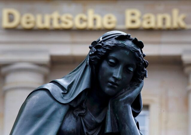 Una estatua enfrente del banco Deutsche Bank