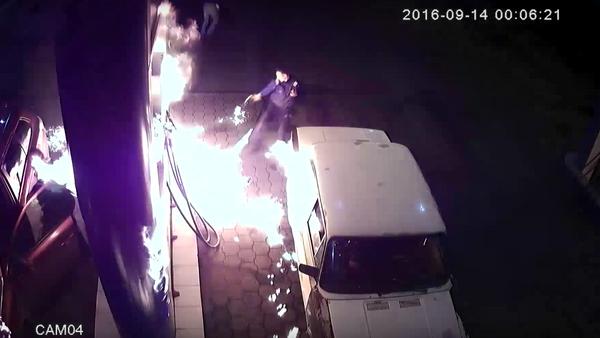 El peligro de jugar con fuego: un conductor provoca un incendio en una gasolinera - Sputnik Mundo