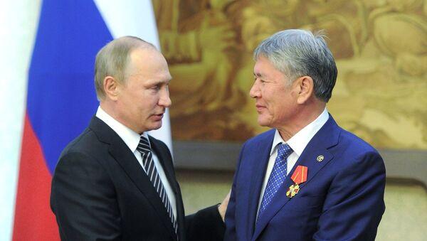 Putin condecora al presidente de Kirguistán con la orden de Alejandro Nevski - Sputnik Mundo