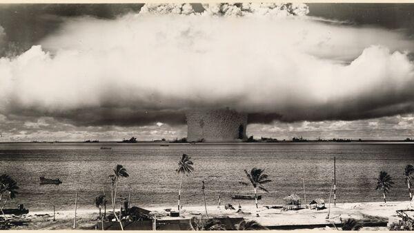 Detonación en el Atolón Bikini, Islas Marshall, Pacífico, 1946 - Sputnik Mundo