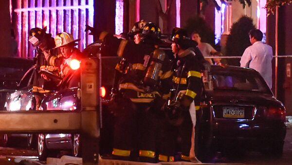 Bomberos cerca del sitio de una explosión en el barrio de Chelsea, en Manhattan, Nueva York - Sputnik Mundo