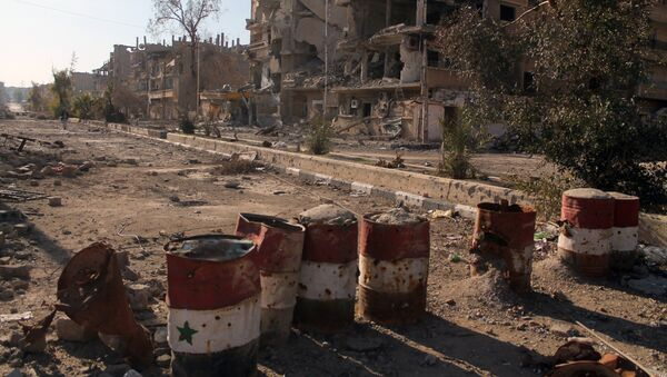 Barrels painted in the colours of the Syrian flag in the eastern town of Deir Ezzor - Sputnik Mundo