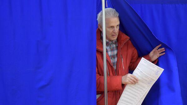Exministro de Educación de Rusia, Andréi Fursenko, durante las elecciones en Moscú - Sputnik Mundo