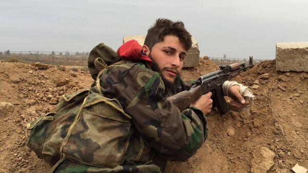 Un soldado del Ejército sirio cerca de la ciudad de Deir Ezzor - Sputnik Mundo