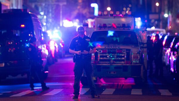 Police and first responders work near the site of a bomb explosion on West 23rd Street on September 17, 2016, in New York - Sputnik Mundo