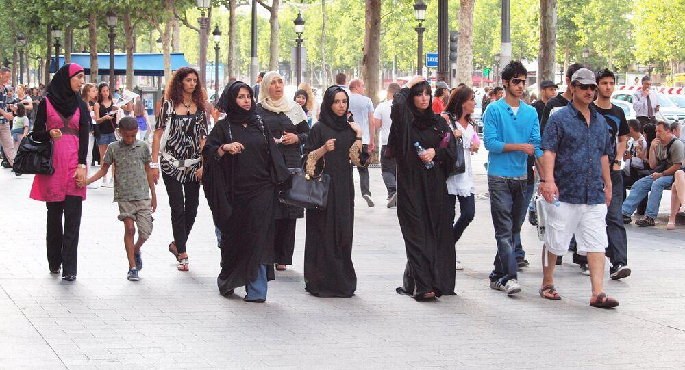 Familia musulmana pasea poe El Eliséo