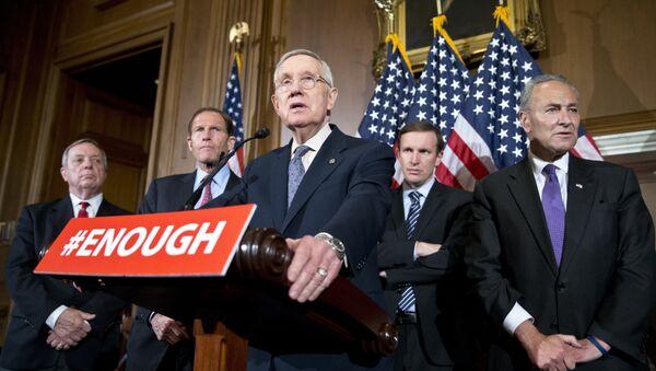 Los Senadore Richard Durbin, Richard Blumenthal, Chris Murphy y Charles Schumer se pronuncian contra la libre venta de armas - Sputnik Mundo