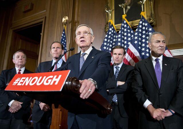 Los Senadore Richard Durbin, Richard Blumenthal, Chris Murphy y Charles Schumer se pronuncian contra la libre venta de armas