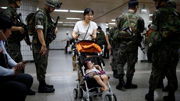 Una mujer coreana con su bebé - Sputnik Mundo
