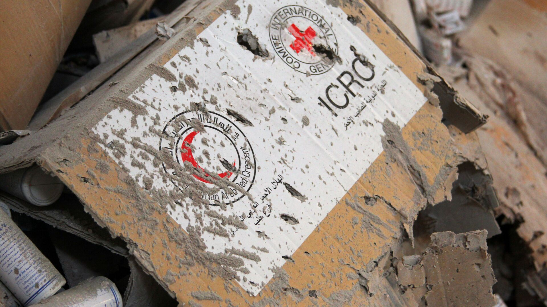Damaged Red Cross and Red Crescent medical supplies lie inside a warehouse after an airstrike on the rebel held Urm al-Kubra town, western Aleppo city, Syria September 20, 2016. - Sputnik Mundo, 1920, 17.05.2021