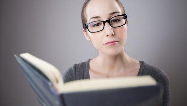 Una mujer leyendo un libro - Sputnik Mundo