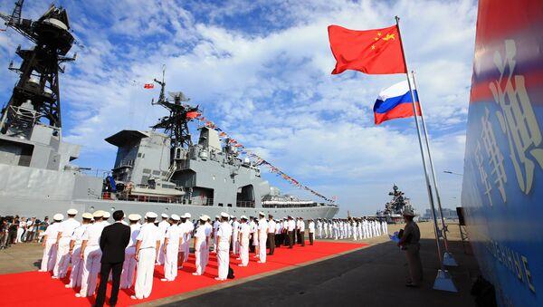 Banderas de China y Rusia durante ejercicios navales - Sputnik Mundo