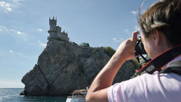 Un turista hace foto del castillo Nido de Golondrina, Crimea - Sputnik Mundo