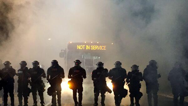 La policía durante las protestas en Charlotte - Sputnik Mundo