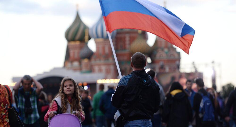 Un hombre con la bandera de Rusia en la Plaza Roja de Moscú