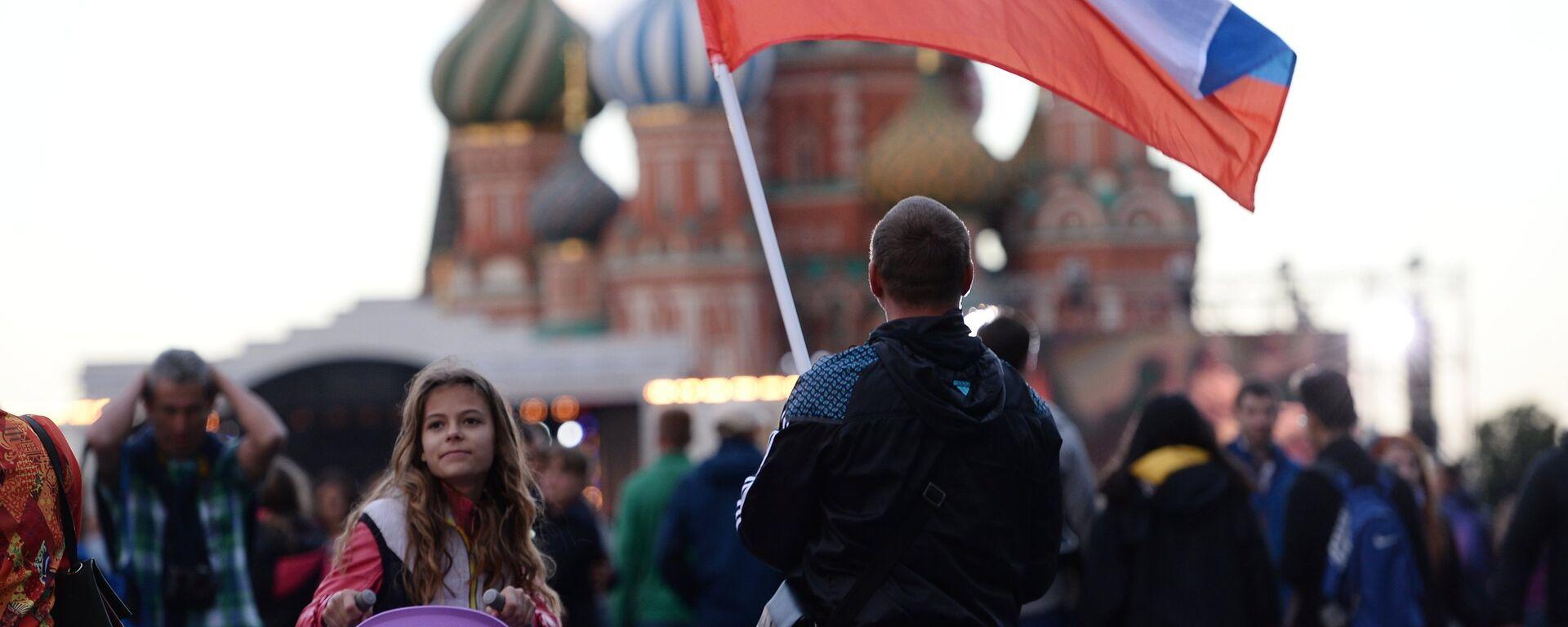 Un hombre con la bandera de Rusia en la Plaza Roja de Moscú - Sputnik Mundo, 1920, 31.05.2021