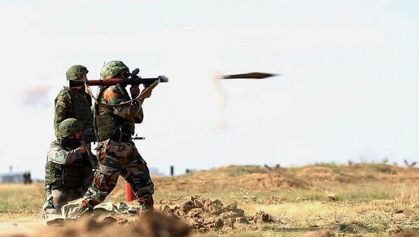 Los militares rusos e indios durante las maniobras conjuntas Indra 2014 - Sputnik Mundo