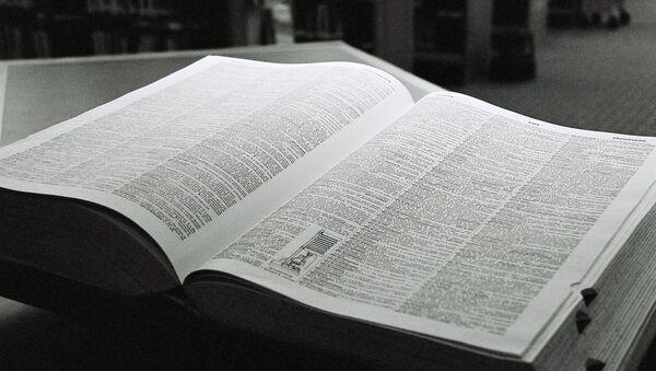 El diccionario recopila los vocablos que componen una lengua y aclara sus significados - Sputnik Mundo