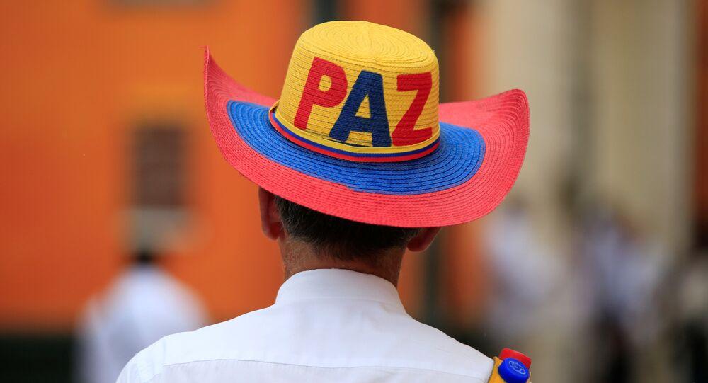 Un hombre con las palabras paz sobre su sombrero