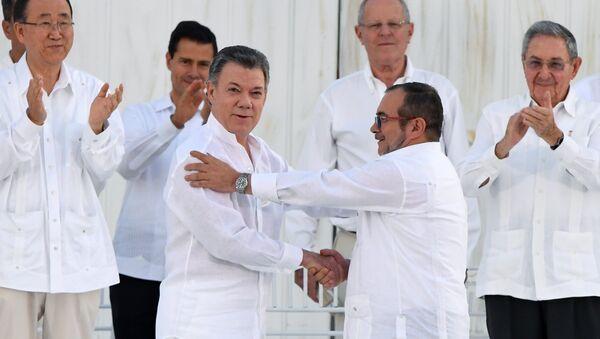 Juan Manuel Santos y Rodrigo Londoño Echeverri, alias 'Timochenko' - Sputnik Mundo