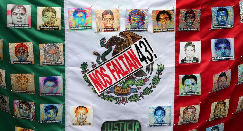 Bandera de México con las fotos de víctimas
