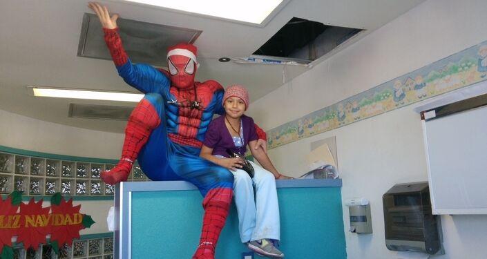 Atiende a niños con leucemia disfrazado de Batman, Chapulín Colorado, Iron Man y otros personajes.