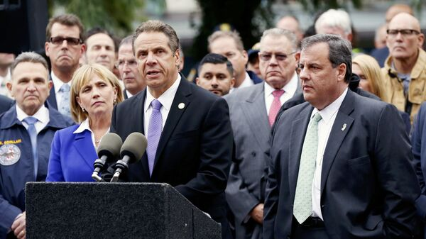 New Jersey Governor Chris Christie (R) looks on as New York Governor Andrew Cuomo speaks to media after a New Jersey Transit train derailed and crashed through the station in Hoboken, New Jersey, U.S. September 29, 2016. - Sputnik Mundo