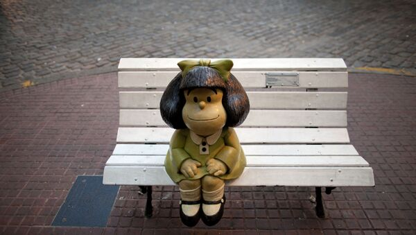 A Statue of Mafalda, the main character of the comic strip by Argentine cartoonist Joaquin Salvador Lavado, better known as Quino, sits on a bench in Buenos Aires, Argentina, Wednesday, April 23, 2014. - Sputnik Mundo