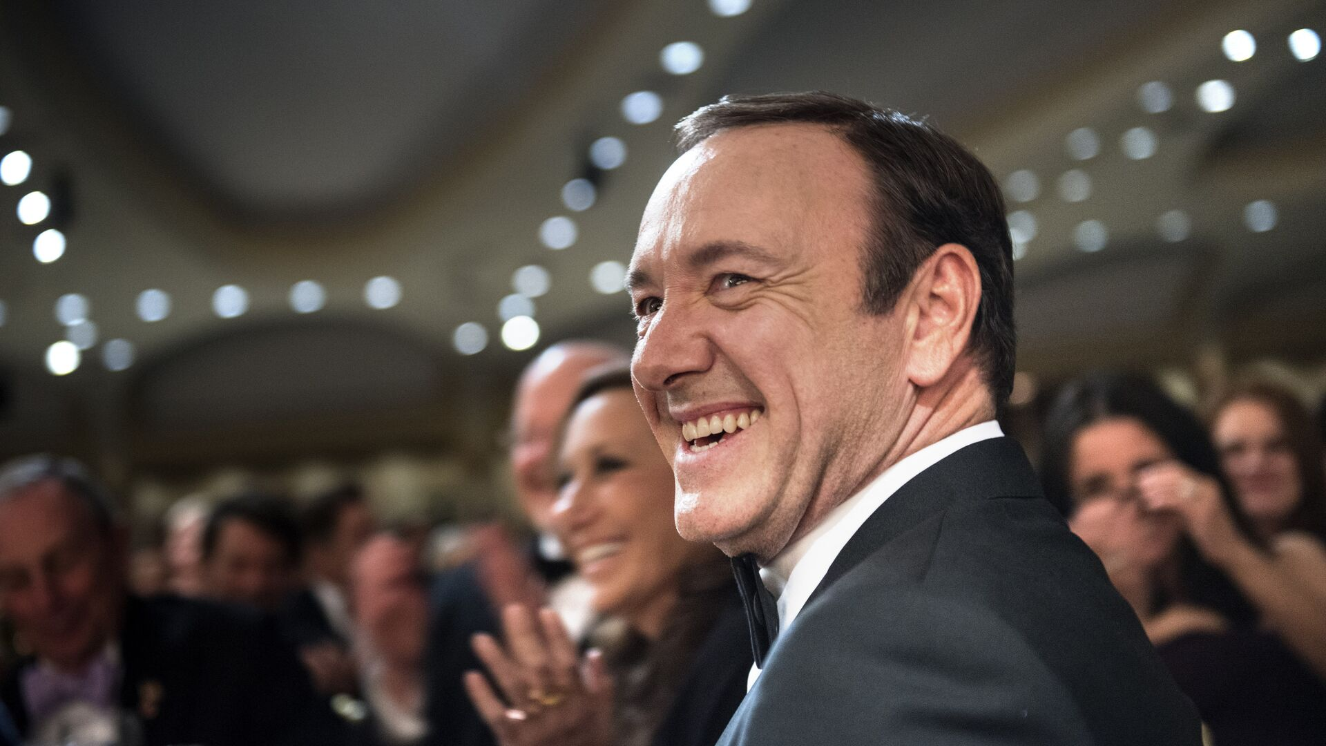 Actor Kevin Spacey laughs during the White House Correspondents' Association Dinner April 27, 2013 in Washington, DC. Obama attended the yearly dinner which is attended by journalists, celebrities and politicians. - Sputnik Mundo, 1920, 23.05.2021