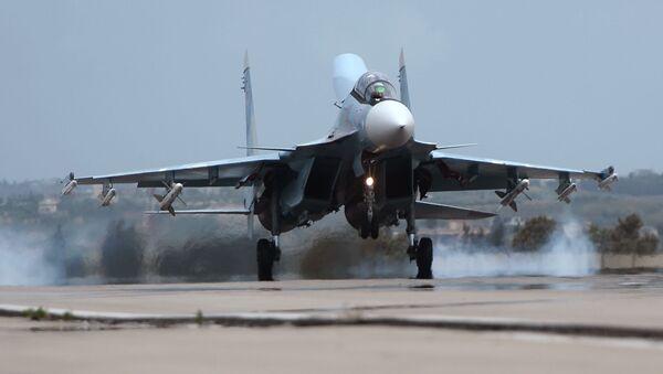 Avión Su-30 en la base aérea de Hmeymim en Siria - Sputnik Mundo