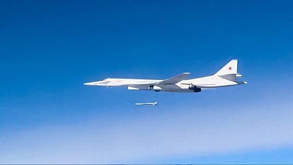 Un Tu-160 lanzando un misil de crucero Kh-555 contra Daesh en Siria - Sputnik Mundo