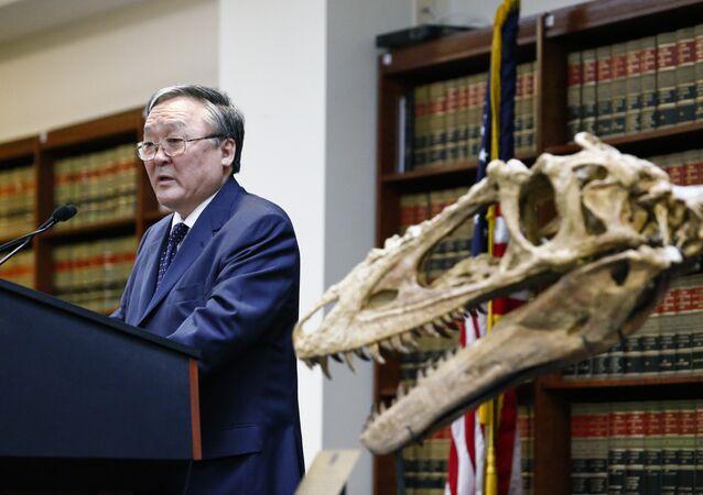Embajador de Mongolia en EEUU y esqueleto de dinosaurio