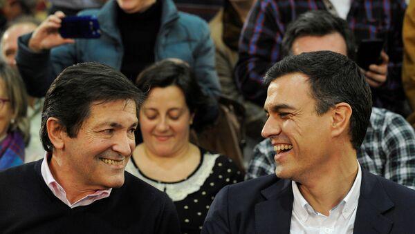 Javier Fernández, el presidente de la comunidad autónoma de Asturias y Pedro Sánchez, exlider del PSOE - Sputnik Mundo