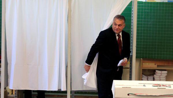 El primer ministro húngaro, Víktor Orban, echa su voto en el referendo sobre las cuotas migratorias de la UE - Sputnik Mundo