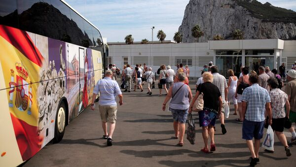 Tourists walk to get into a bus after leaving the British territory of Gibraltar, at its border with Spain, in La Linea de la Concepcion - Sputnik Mundo