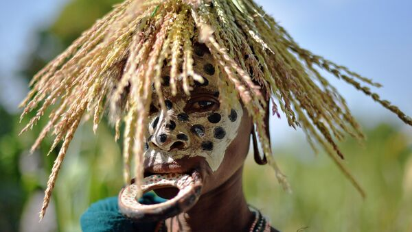 A woman from the Suri tribe with a lip plate poses in Ethiopia's southern Omo Valley region near Kibbish on September 25, 2016 - Sputnik Mundo