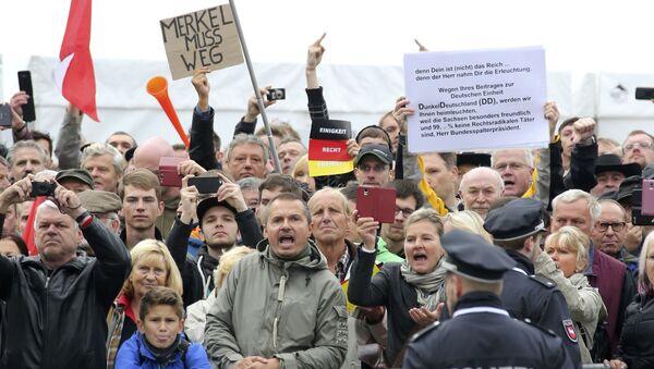 Seguidores del movimiento PEGIDA abuchearon a Angela Merkel - Sputnik Mundo