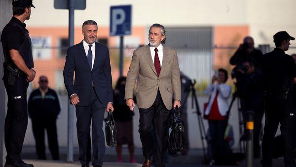 Francisco Correa (dcha.) llega a una corte afuera de Madrid para dar testimonios en el caso de corrupción Gurtel - Sputnik Mundo