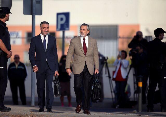 Francisco Correa (dcha.) llega a una corte afuera de Madrid para dar testimonios en el caso de corrupción Gurtel