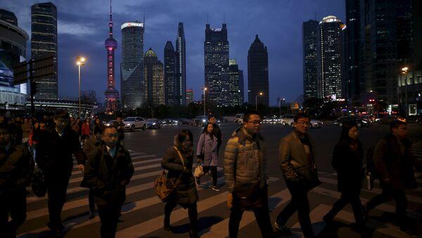 Gente cruza una calle en Shanghái - Sputnik Mundo