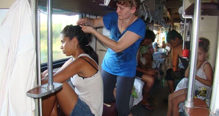 En un vagón 'platzkart', una rusa trenza el cabello de Camila, una de las viajeras brasileñas