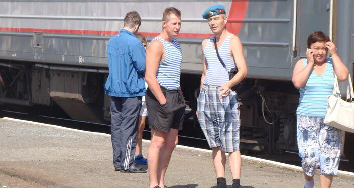 Pasajeros rusos conversan en una de las paradas del Transiberiano