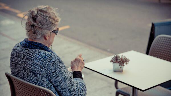 Una mujer tomando café - Sputnik Mundo