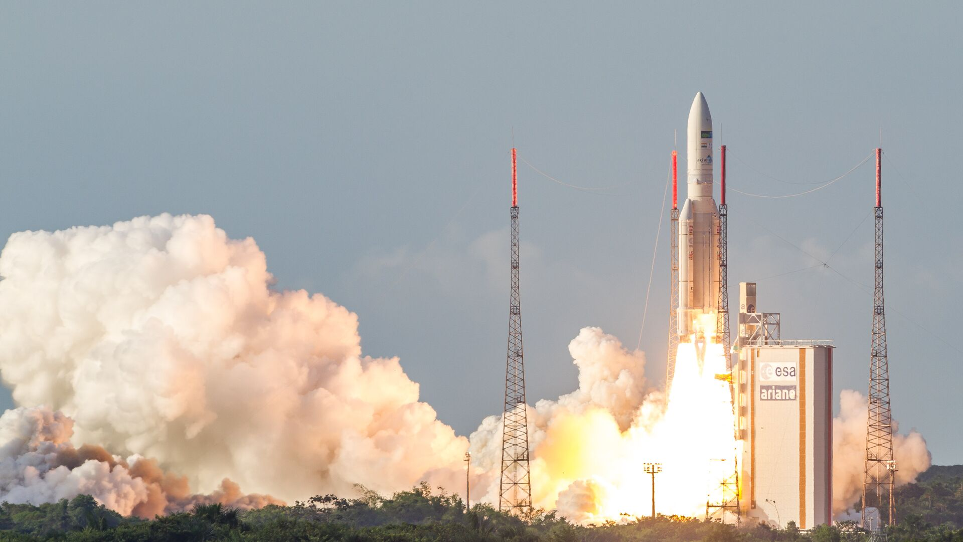 The Ariane 5 rocket lifts off from the Ariane Launchpad Area at the European Spaceport in Kourou, French Guiana, on October 5, 2016. The rocket successfully launched a pair of communications satellites, the australian SKY Muster II and the indian GSAT-18. - Sputnik Mundo, 1920, 30.07.2021