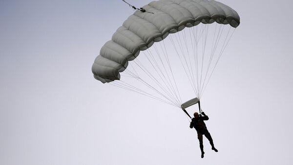 Un paracaidista (Archivo) - Sputnik Mundo